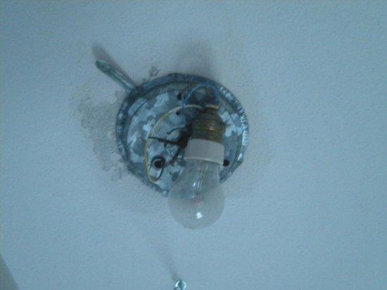 Residence Holidays: Il lampadario del bagno
