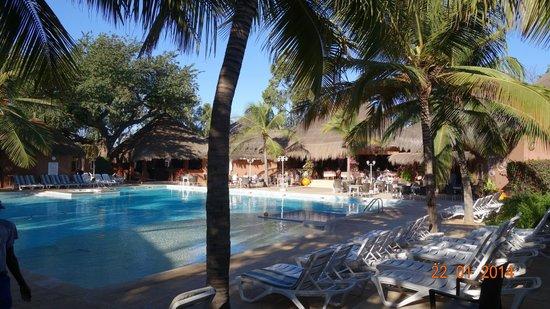 Hotel Neptune: Piscine et restaurant