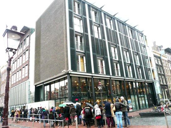 Anne Frank House: Очередь к музею в Декабре