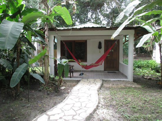 Hotel Jaguar Inn Tikal: Relaxing at our bungalow