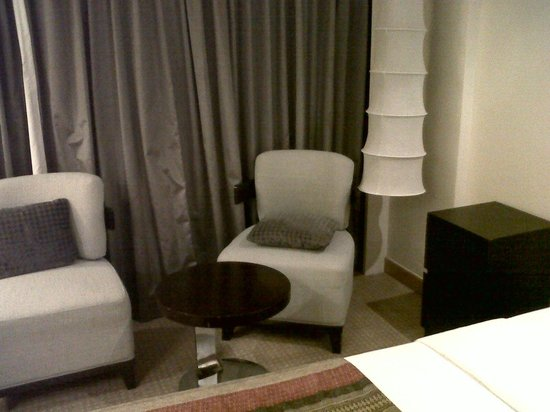 Cinnamon Grand Colombo : Seating area in the guest room