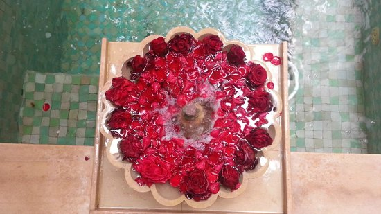 Riad Azoulay: fontana sulla piscina