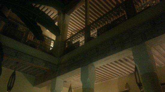 Riad Azoulay: particolare dei soffitti degli spazi comuni