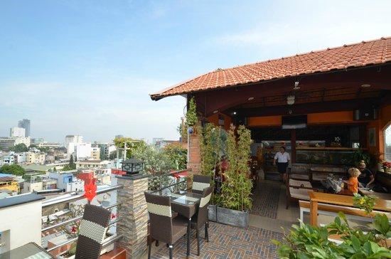Duc Vuong Hotel : Roof top restaurant & Bar