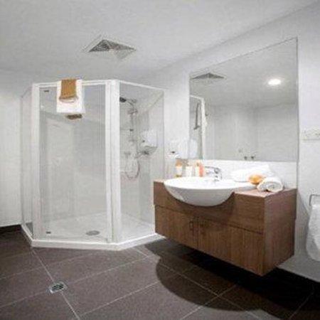 Waldorf St. Martins Apartment Hotel: St Martins Bathroom