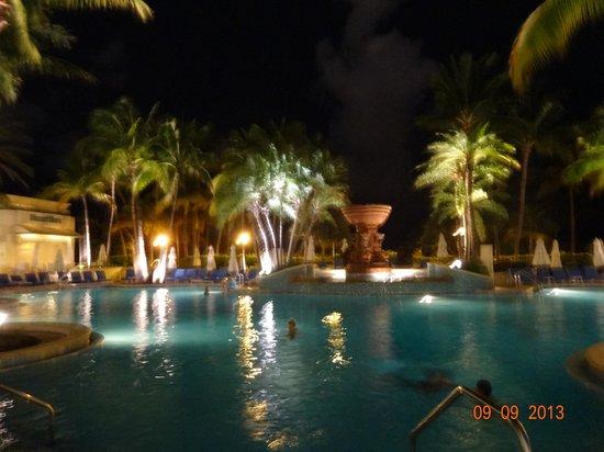 Loews Miami Beach Hotel: La piscina de noche