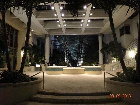 Loews Miami Beach Hotel: Camino a la Piscina y Playa