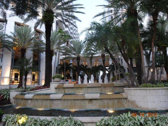 Loews Miami Beach Hotel: Fuente entre hotel y spa