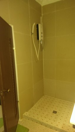 ANGKOR INTERNATIONAL HOTEL : shower room