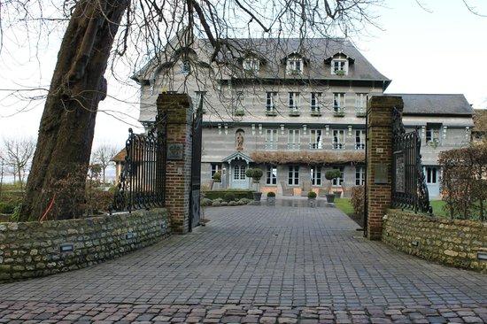 La Ferme Saint Simeon - Relais et Chateaux: l'entrée de l'hôtel