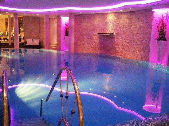 Landhotel Birkenhof: Der Poolbereich - stimmungsvoll beleuchtet