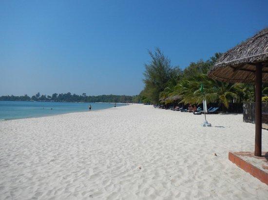 Sokha Beach Resort: white sandy beach