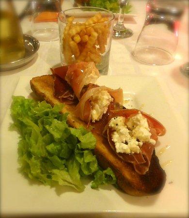 La Kora Chez Peggy: Une des entrées : Jambon de bayonne au Chèvre Frais sur Pain de Campagne grillé au Miel ! .. Un
