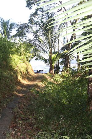 Popa Paradise Beach Resort: Pathway to the private beach