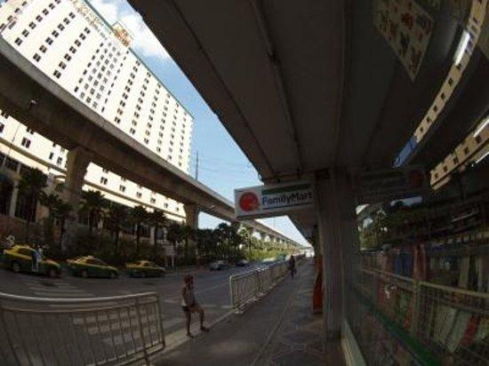Nasa Vegas Hotel: ホテル前のコンビニ