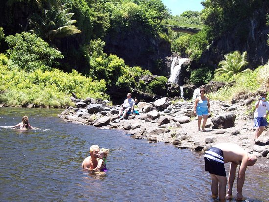 Ohe'o Gulch: 7 pools with waterfalls and main road in background