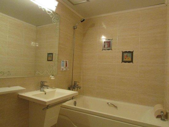 December Hotel Jeju: bathroom
