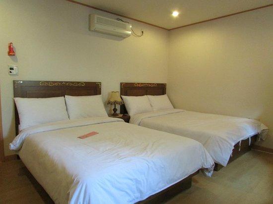 December Hotel Jeju: Bedroom