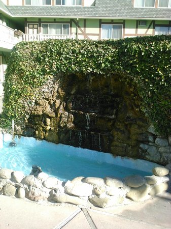 Svendsgaard's Lodge - Americas Best Value Inn: Fountain by the pool