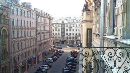 All You Need is Hostel: Vista da varanda com a rua principal, ao fundo