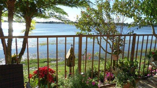 Inn On The Lakes: Außenanlage mit Blick auf den See