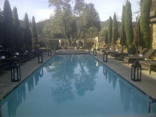 Hotel Yountville: Pool area with fire pit at the end, hot tub and outdoor dining and bar at the back