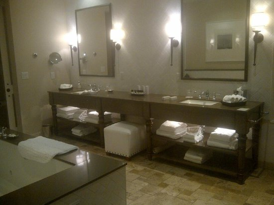 Hotel Yountville: large bathroom in the suite