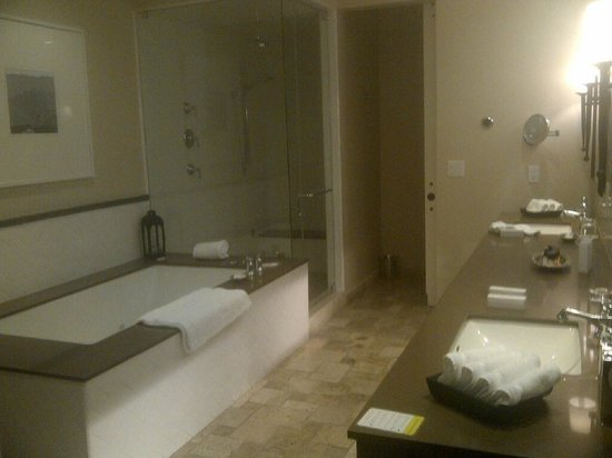 Hotel Yountville : second view of the bathroom - large tub and large shower