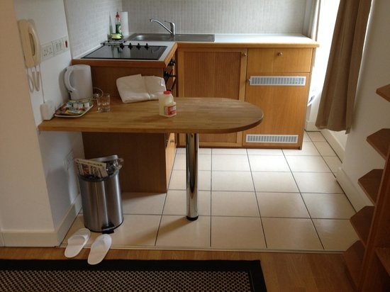 Studios2Let Serviced Apartments - Cartwright Gardens: Could do with chairs or stools