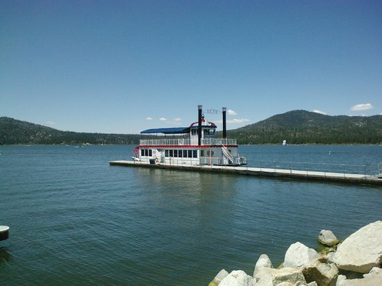 Black Forest Lodge: The paddlewheel boat on the lake