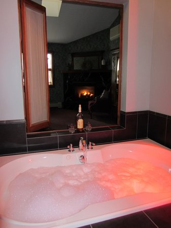 Albergo Allegria: jacuzzi tub overlooking fireplace..beautiful and heavenly
