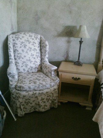 Sea Otter Inn: Chair in the room