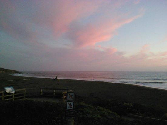 Sea Otter Inn: Sunset on Moonstone Beach