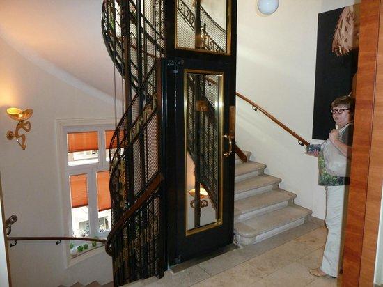 Hotel Das Tyrol: холл отеля с лифтом