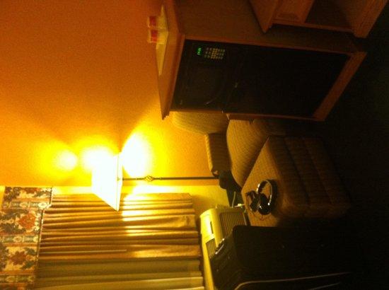 Ramada Florida City: Mini fridge, microwave, comfy seat