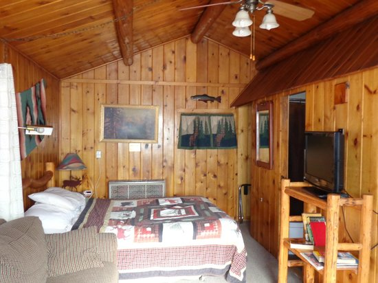 Vista Court Cabins & Lodge: Another view from dining table area