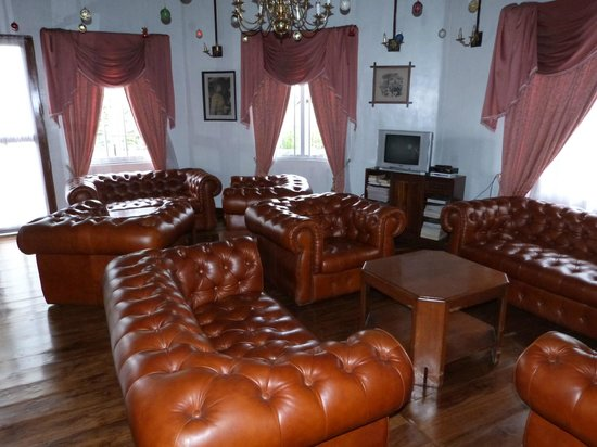 Glendower Hotel: chesterfield chairs in lounge
