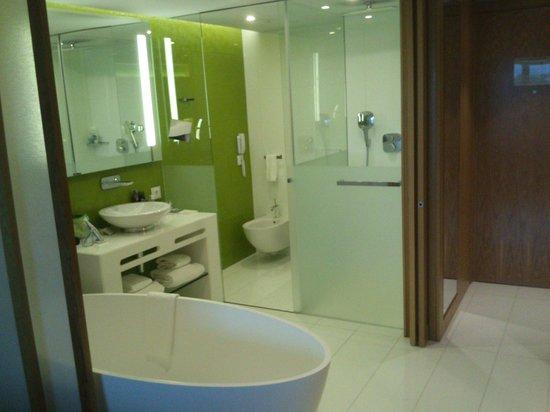 EPIC SANA Algarve Hotel: Quiza hay poca intimidad en la cabina del inodoro