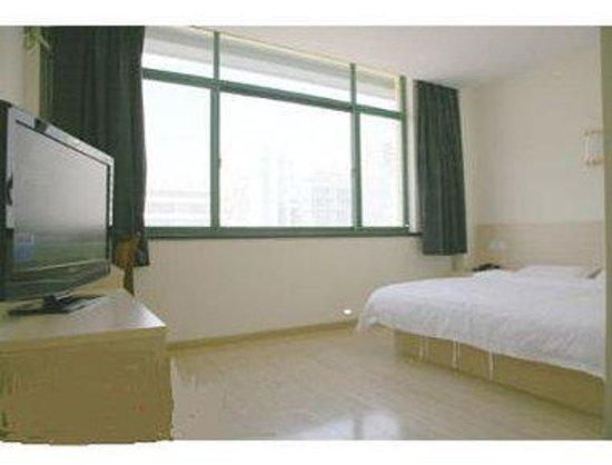 Super 8 Hotel Qingdao Gold Beach Chang Jiang LU: One King Bed Guest Room