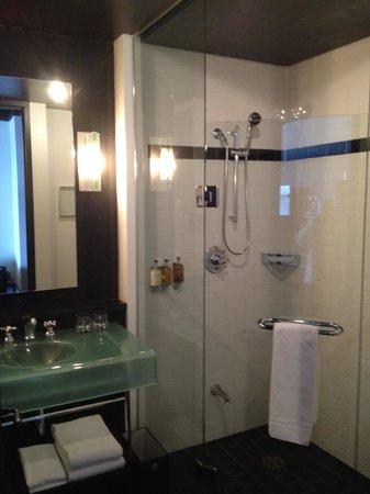 Hotel Le Germain Quebec: Great shower, spacious bathroom