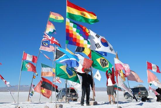 Cristal Samana Salt Hotel: Bandeiras em frente ao antigo hotel de sal