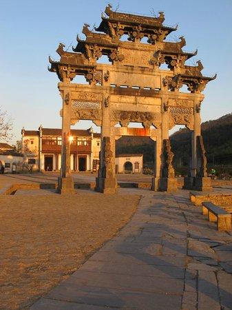 Xidi Travel Lodge : El hotel detrás del arco principal!
