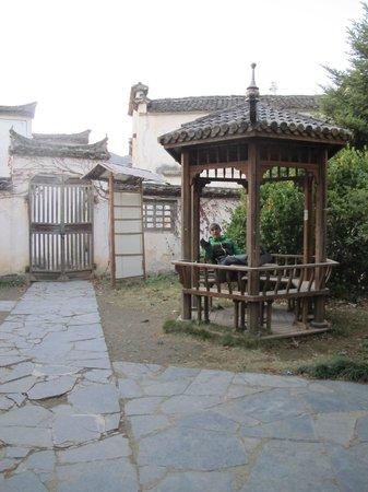 Xidi Travel Lodge : Una de los caminos por dentro de las casas del hotel