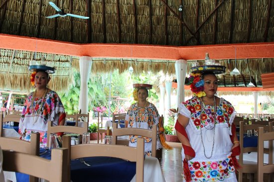 Pueblo Maya : The traditional dancers while we ate.