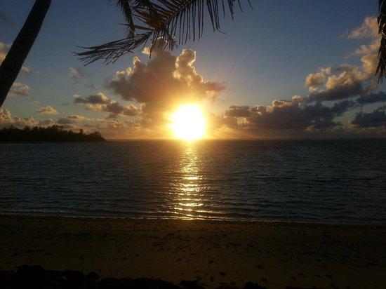 Muri Beachcomber: Sunrise on paradise