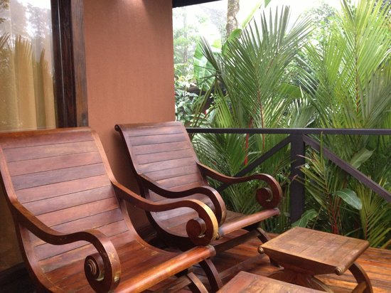 Rio Celeste Hideaway Hotel : Deck with wooden chairs.
