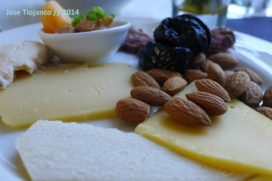 Seasonal Tastes : Cheeses and almonds to start my meal.