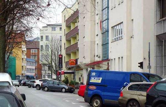 Ibis Saarbrücken City, v.d. Handwerkskammer gesehen
