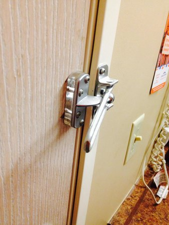 Howard Johnson Inn London: Security latch broken. This was as far as it would close and didn't catch when door was opened