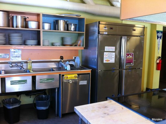 Hostelling International Seattle at American Hotel: well equipped kitchen